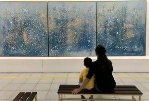 Fotografia de pessoas apreciando obra de arte